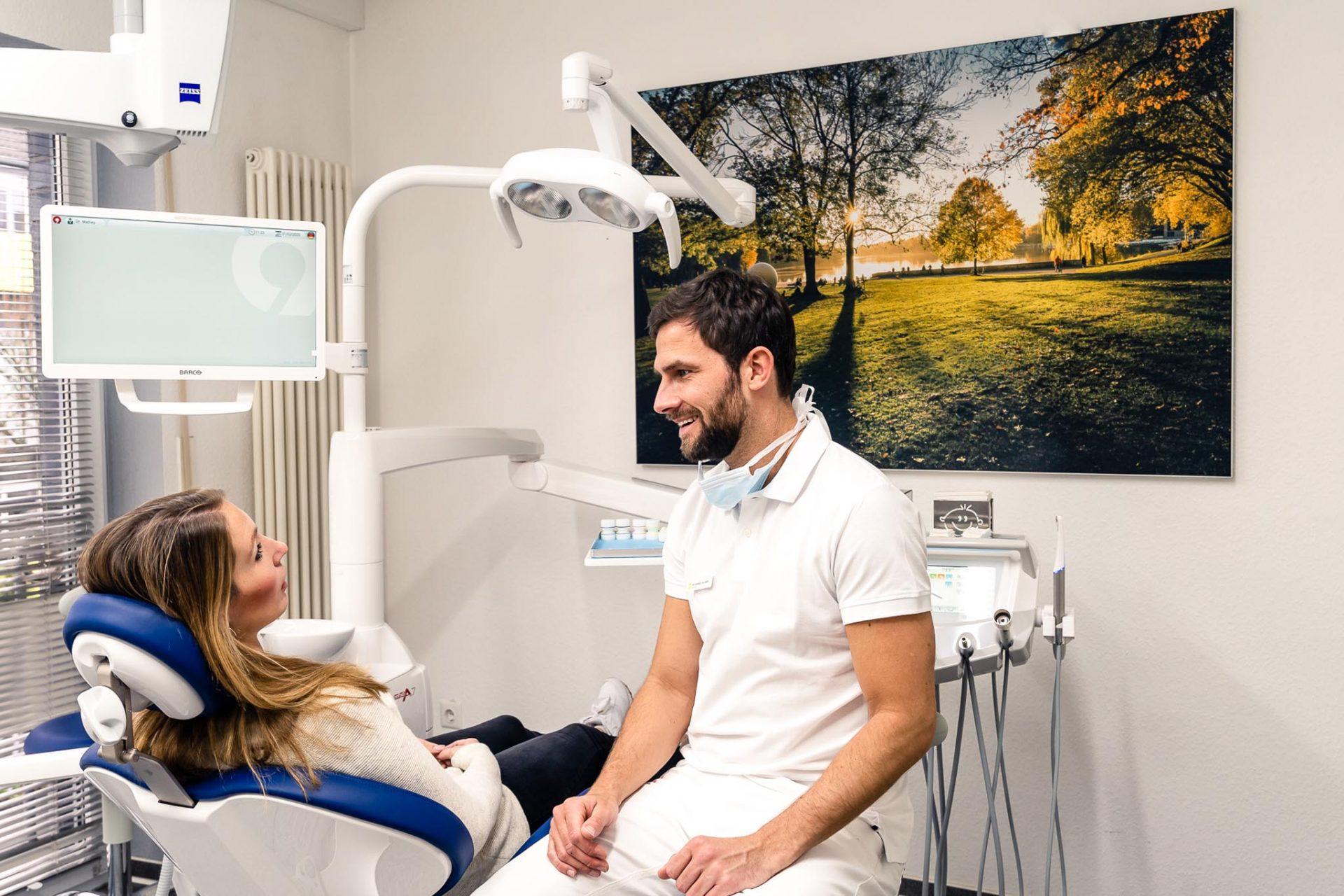 Dr. Daniel Mathey im Behandlungszimmer